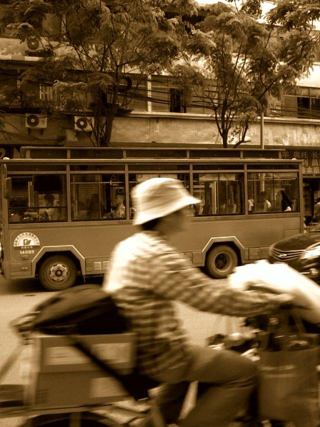 巴士, bāshì 和,hé 电单车,diàndānchē