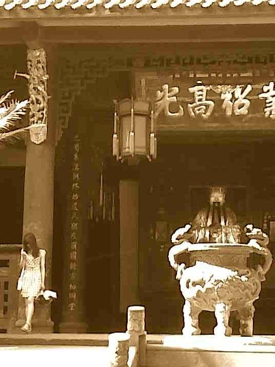 一个小姐在祠。在武侯祠。A young girl at the temple.  Wǔhóu temple.